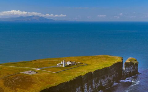 Le Loop Head Lighthouse - 4kclips