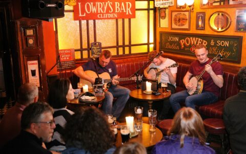 Le Lowry's Bar - https://www.lowrysbar.ie