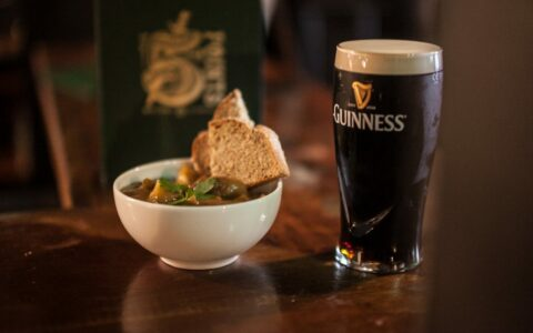 Un irish stew servi au Five Points de Belfast